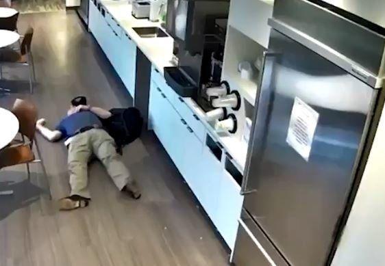 Ντροπιαστικό! Πελάτης ρίχνει επίτηδες νερό στο πάτωμα και γλιστράει για να πάρει