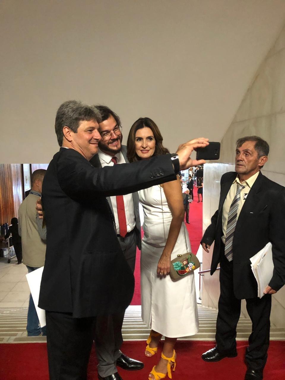 Fátima Bernardes é assediada por fãs na posse de Túlio