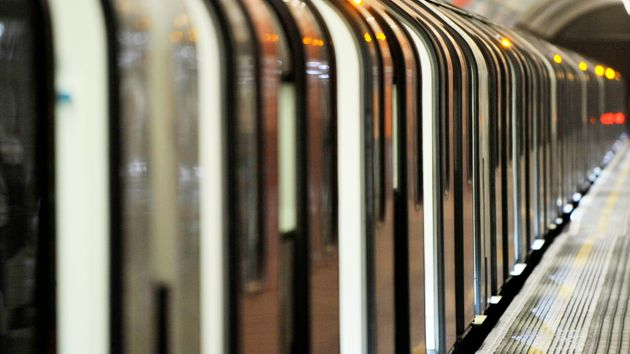 Πορνοστάρ πήρε πρόστιμο γιατί βιντεοσκόπησε τρίο μέσα σε μετρό μπροστά στα μάτια των