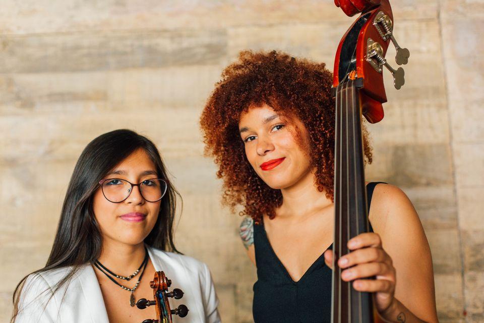 Carmen, à esquerda, toca violino desde os 11 anos. Angélica, à direita, desde os...