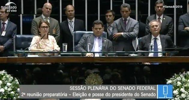 Os senadores Renan Calheiros e Kátia Abreu sobem à mesa para pressionarDavi Alcolumbre...