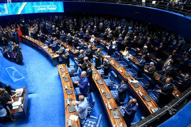 Após barraco, Senado adia eleição de presidente para