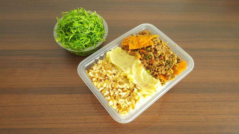 Arroz integral, purê de batata doce e carne moída (com a saladinha ao lado): uma das especialidades...