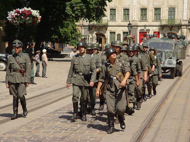 지나친 나르시시즘은 타인에게 큰 피해를 준다. 영화 속의 나치군 행진 장면.
