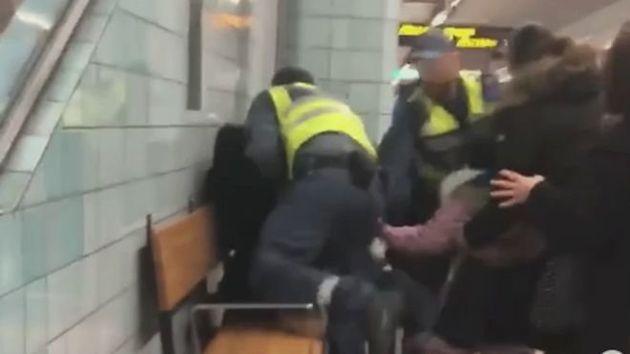 Σουηδία: Σεκιούριτι σέρνουν με τη βία έγκυο από το βαγόνι του μετρό επειδή δεν είχε εισιτήριο