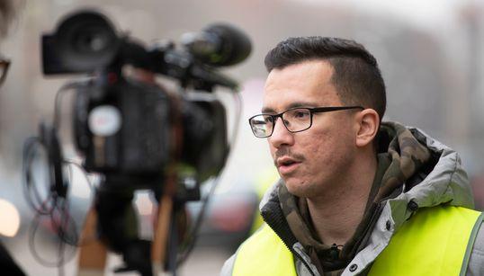 Γιάννης Σάκαρος, ο 26χρονος Έλληνας που ηγείται των Κίτρινων Γιλέκων στη