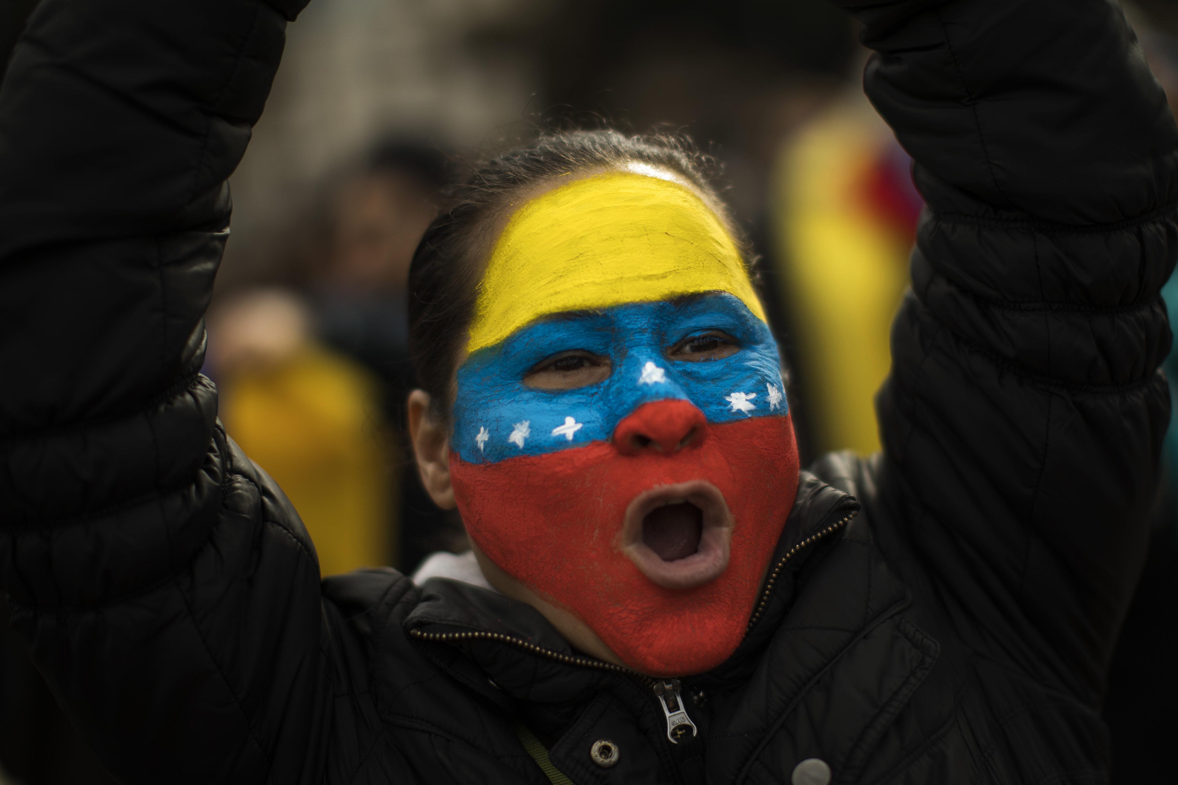Εικόνα απόλυτου διχασμού - Δύο ογκώδεις διαδηλώσεις στη Βενεζουέλα, υπέρ και κατά του