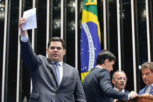 O senador Davi Alcolumbre, que venceu a eleicão, mostra o voto antes de depositá-lo na