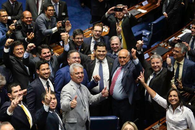 Davi Alcolumbre é abraçado por colegas após vitória no