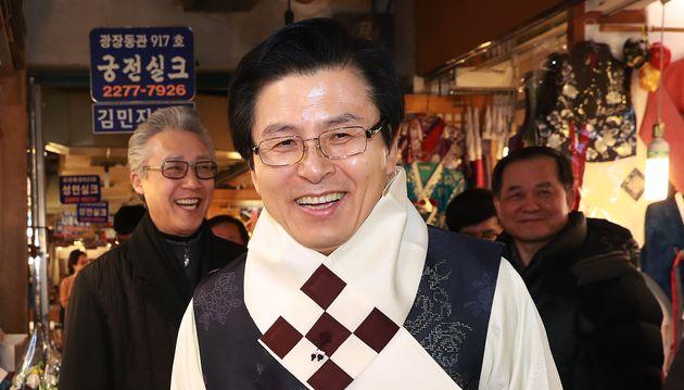 자유한국당 당대표 선거에 출마한 황교안 전 국무총리가 31일 오후 서울 종로구 광장시장을 방문해 한복을 입고 밝은 표정을 짓고
