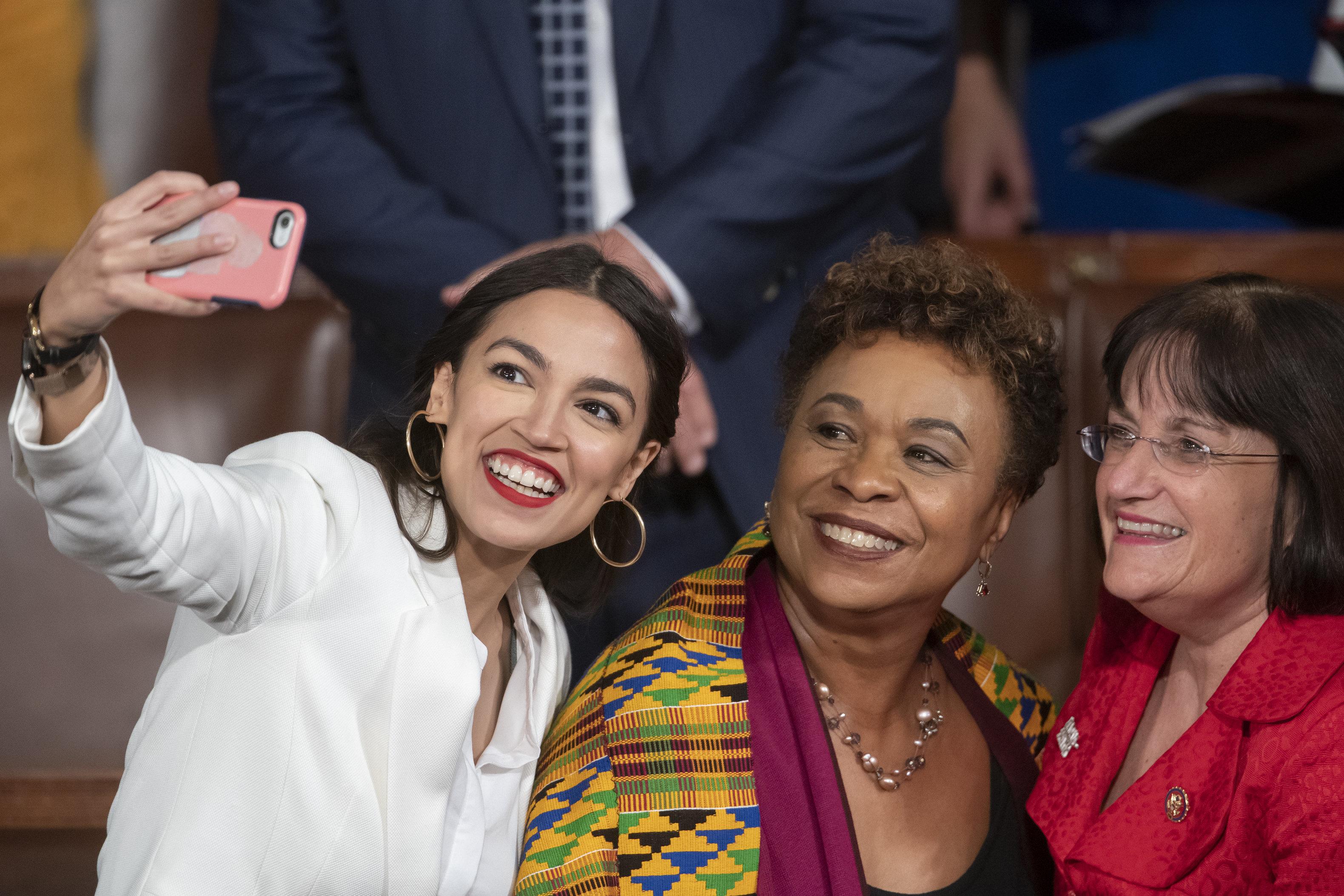 La representante Alexandria Ocasio-Cortez, demócrata de Nueva York, se toma una selfie con la representante Ann McLane Kuster, demócrata de Nueva Hampshire, y la representante Barbara Lee, demócrata de California, en el primer día del Congreso 116 con mayoría demócrata en el Capitolio, Washington, el jueves 3 de enero de 2019. (AP Foto/J. Scott Applewhite)