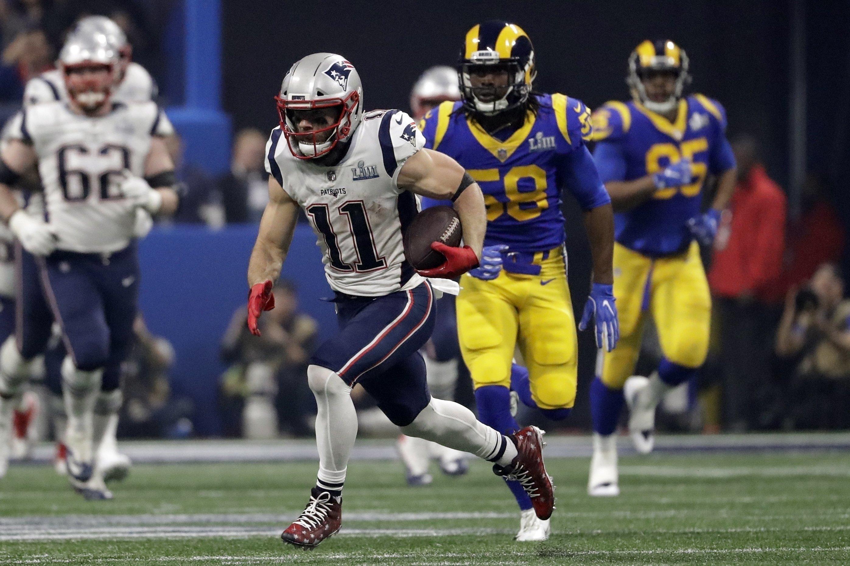 Julian Edelman (11) de los Patriots de Nueva Inglaterra avanza con el balón ante Rory Littleton (58) de los Rams de Los Ángeles durante el segundo tiempo del Super Bowl, el domingo 3 de febrero de 2019, en Atlanta. (AP Foto/Jeff Roberson)
