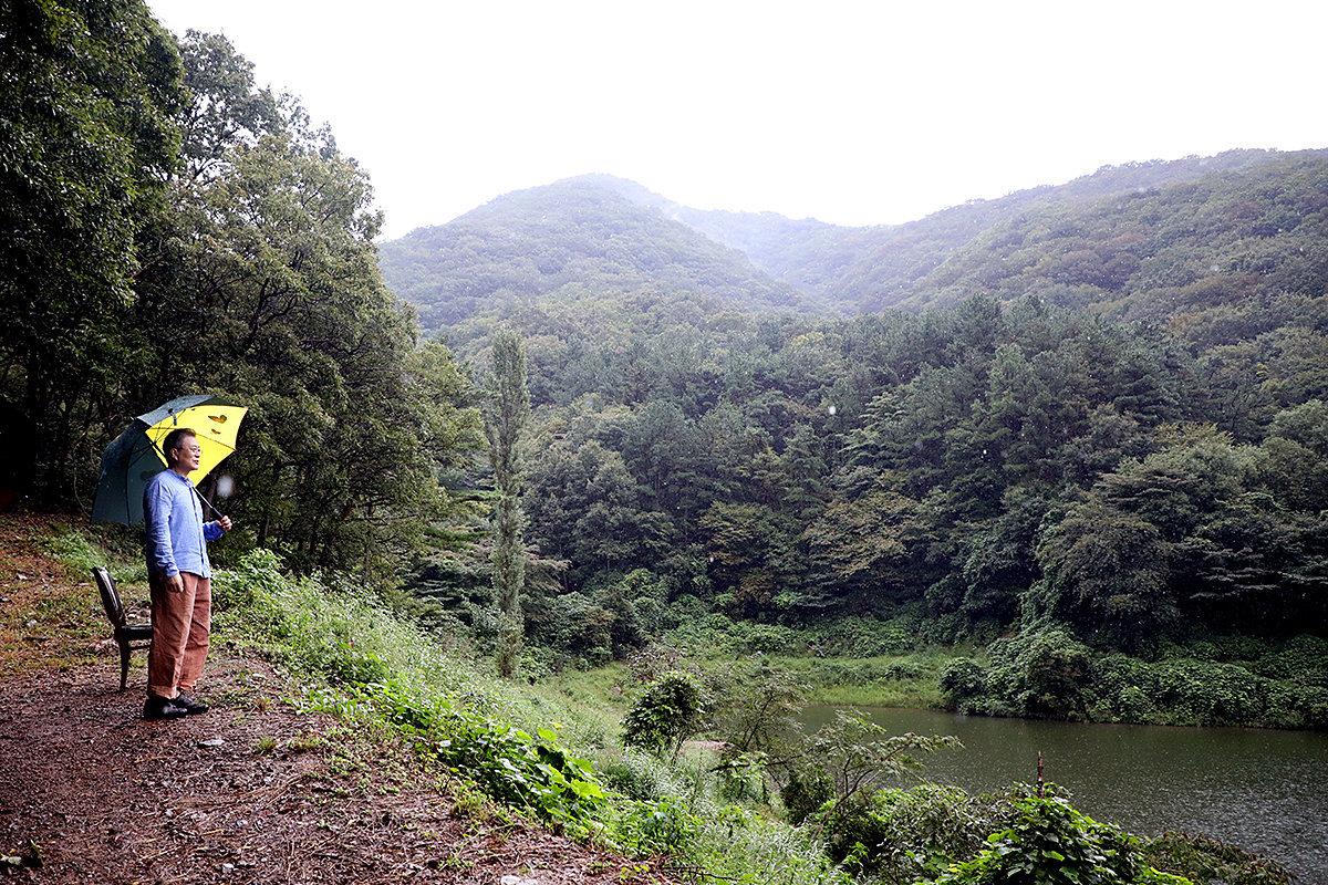 문재인 대통령이 지난해 9월 29일 경남 양산시 사저 뒷산에서 산책을 하던 중 저수지를 바라보고 있다.