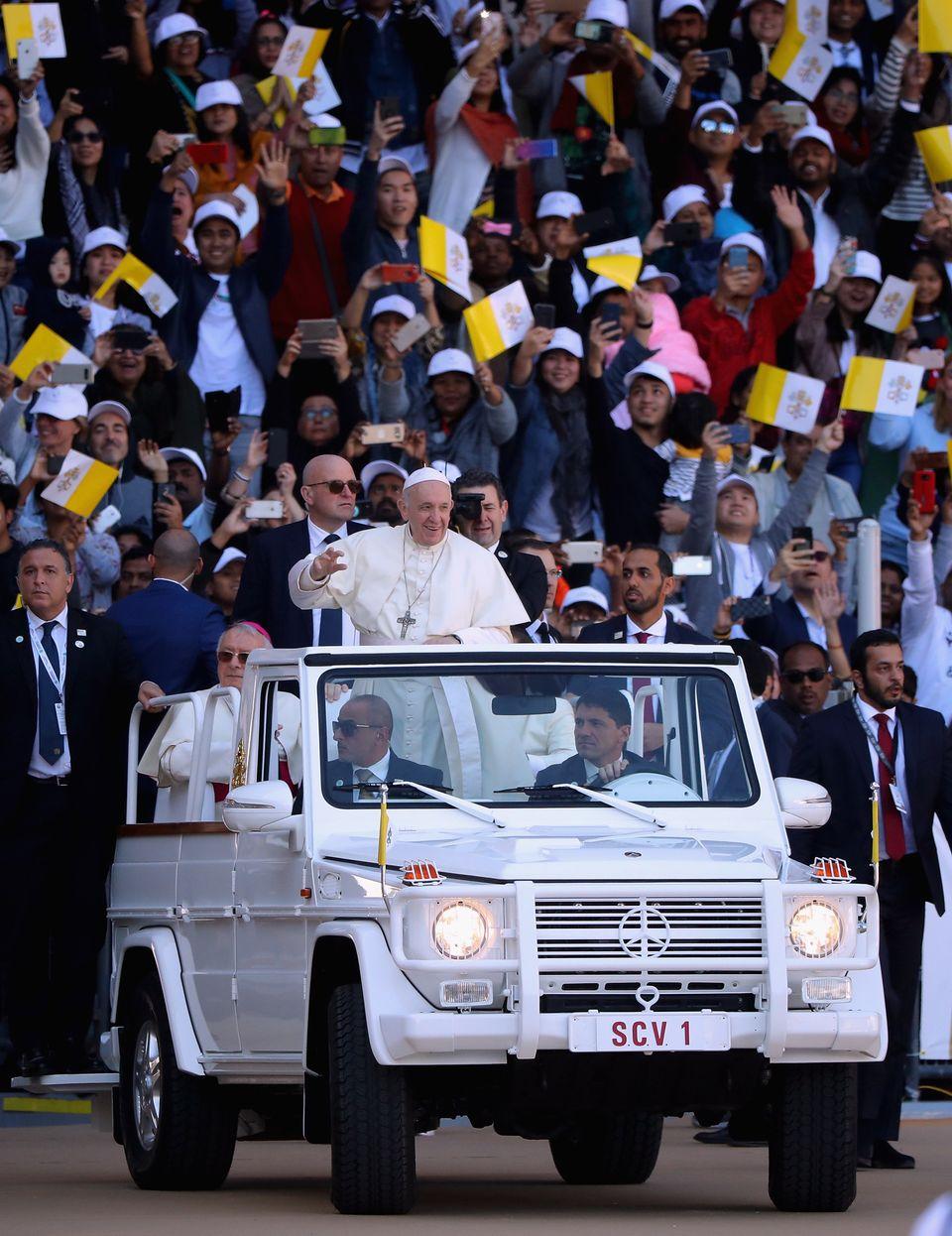 Le pape François termine son voyage aux Emirats arabes unis par une messe géante
