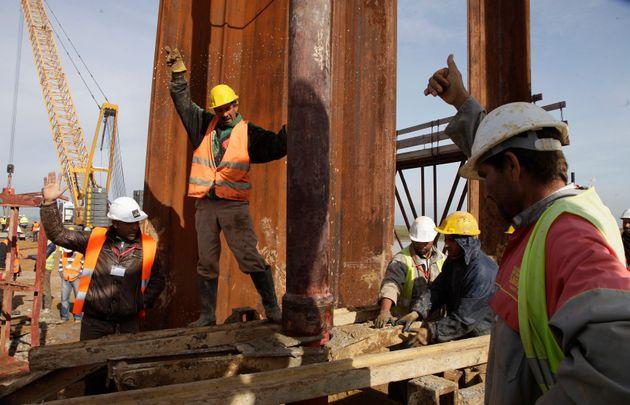 Des ouvriers sur le chantier de la ligne de TGV