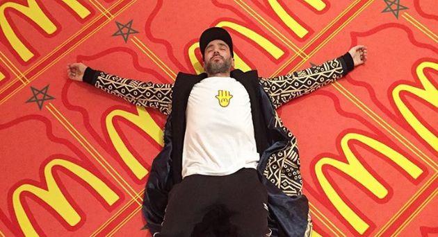 Le photographe belgo-marocain Mous Lamrabat détourne le logo de McDonald's avec le drapeau du...
