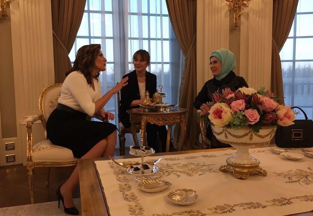 H Μπέτυ Μπαζιάνα με την Εμινέ Ερντογάν, για τσάι και συμπάθεια στο προεδρικό