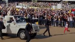Girls Breach Barrier To Greet The Pope in Abu