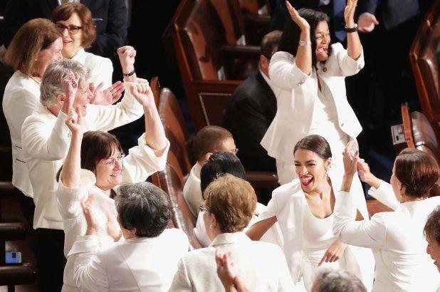 Γιατί οι γυναίκες βουλευτές των Δημοκρατικών φόρεσαν άσπρα στο