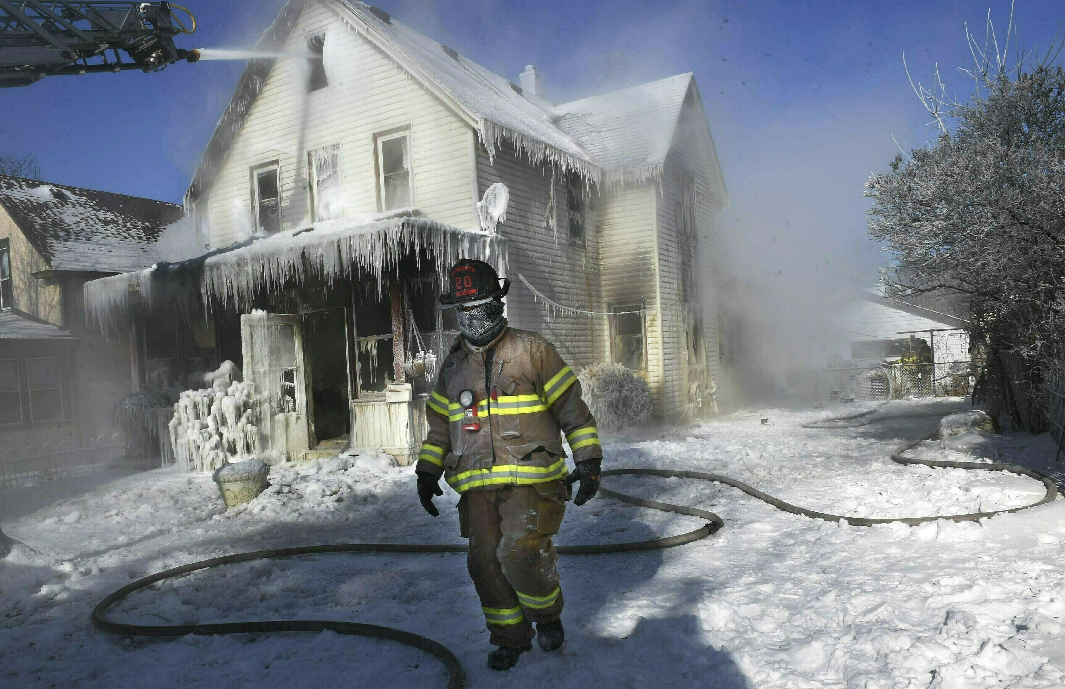 Φωτιά και πάγος: Πως είναι να σβήνεις πυρκαγιά στους -50 βαθμούς