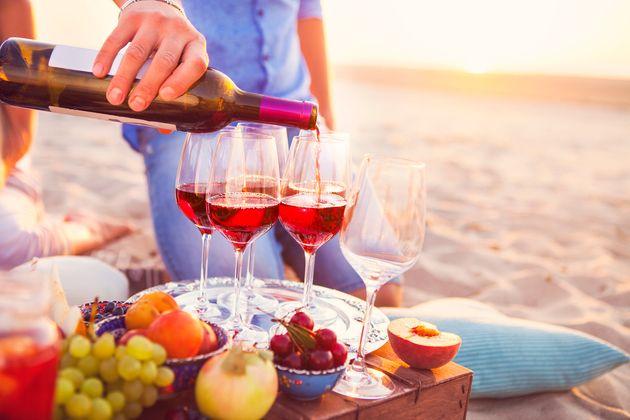 Vinho tinto na praia pode ser uma boa