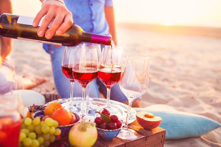 Vinho tinto na praia pode ser uma boa pedida.