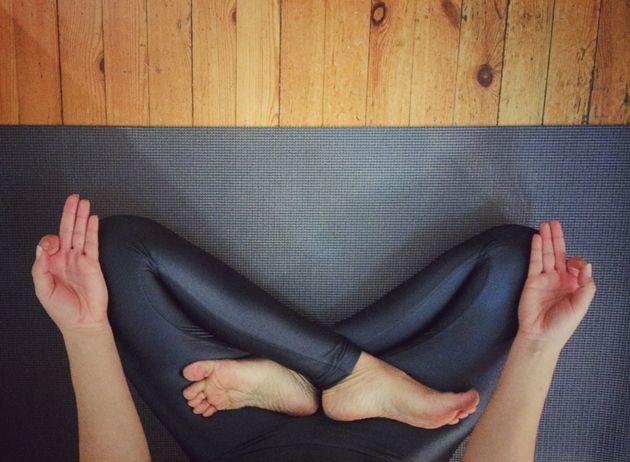 13 posições de yoga que você pode testar sem sair da