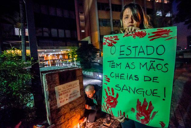 Ativista protesta pelo fim da violência contra a mulher em São