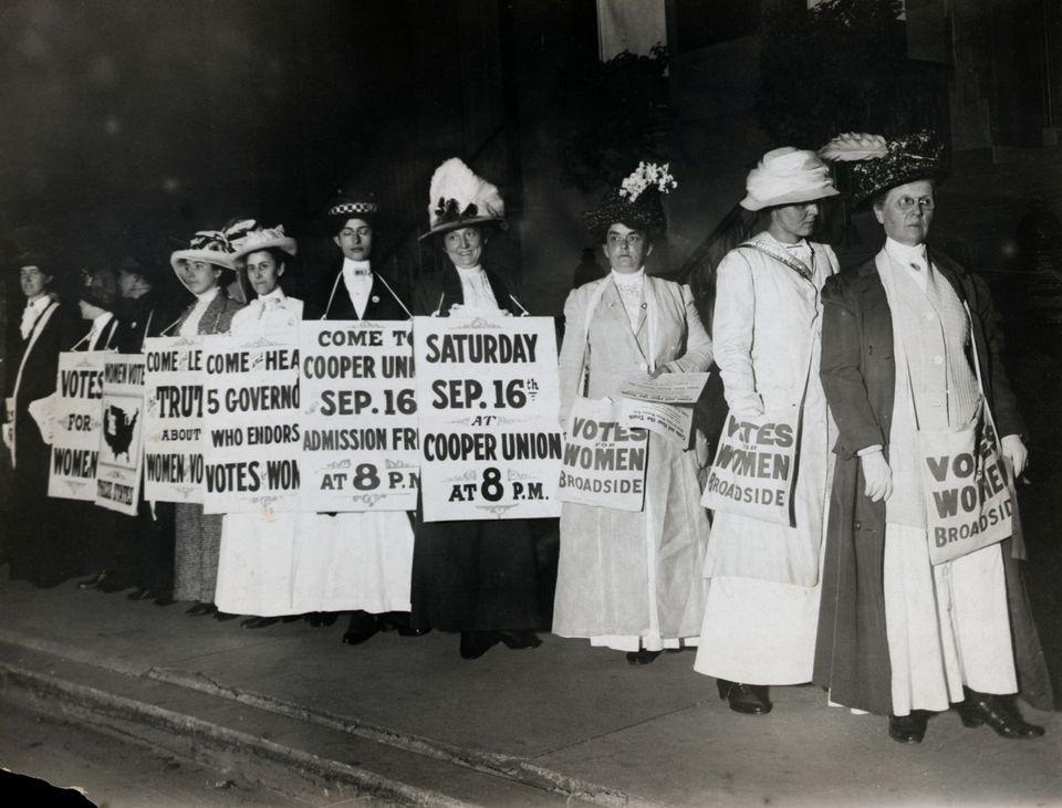 뉴욕의 미국 여성권 참정권 운동가들의 모습. 날짜