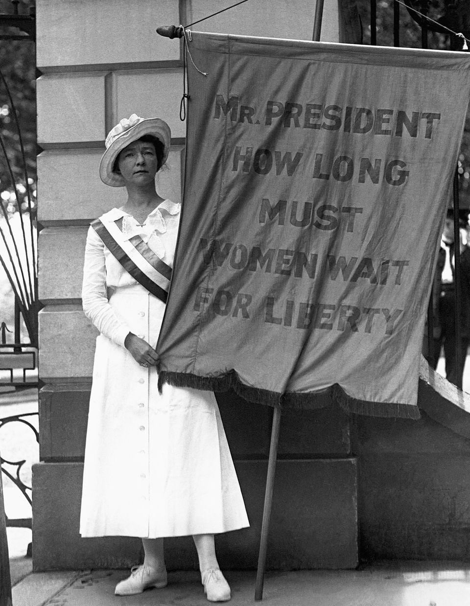 워싱턴DC 백악관 앞에서 피켓 시위를 벌이는 한 여성의 모습.