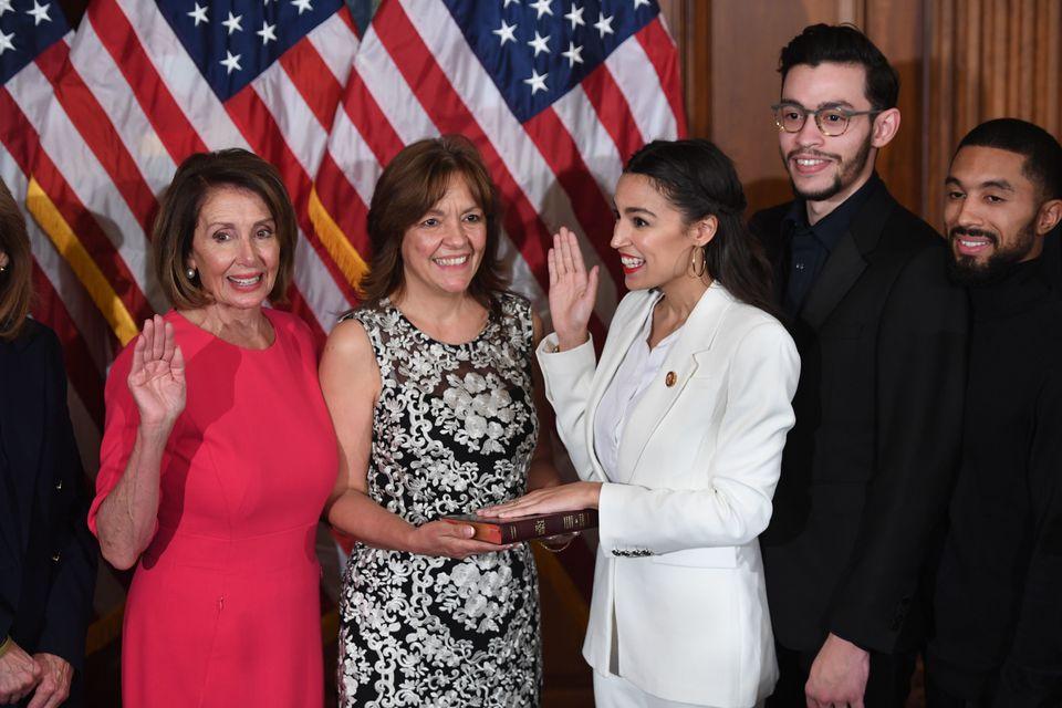 낸시 펠로시 하원의장이 오카시오-코르테스 하원의원과 그의 가족들이 참석한 가운데 취임 선서식을 진행하고 있다. 2019년