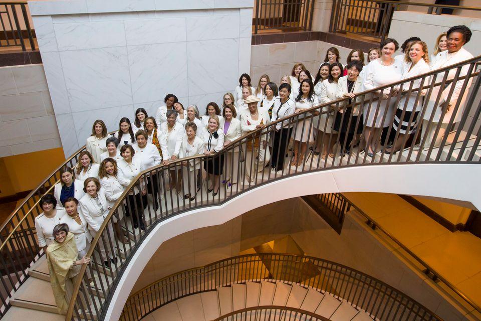 낸시 펠로시 하원의장(가운데)을 비롯해 흰 옷을 입은 여성 의원들이 도널드 트럼프 대통령의 국정연설을 앞두고 기념사진을 찍고 있다. 2019년