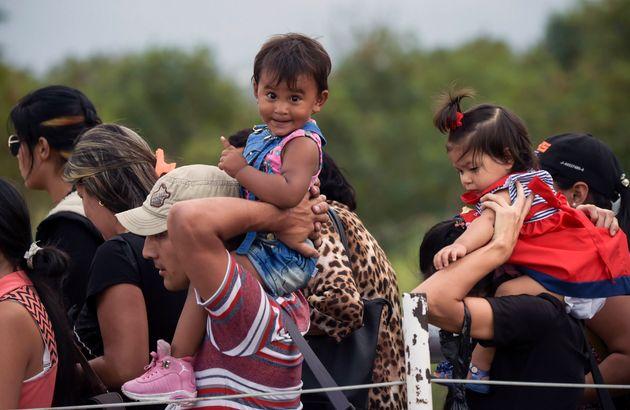 A la frontière de la Colombie, des Vénézuéliens guettent l'aide