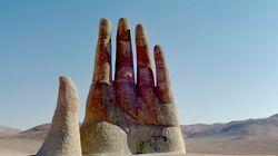 Μνημείο ή θαύμα; Το γιγάντιο χέρι της Χιλής που ξεφυτρώνει στην