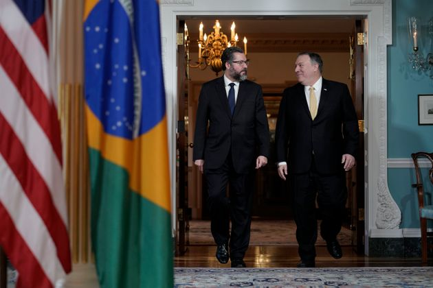 O chanceler brasileiro, Ernesto Araújo, e o secretário de Estado norte-americano, Mike...