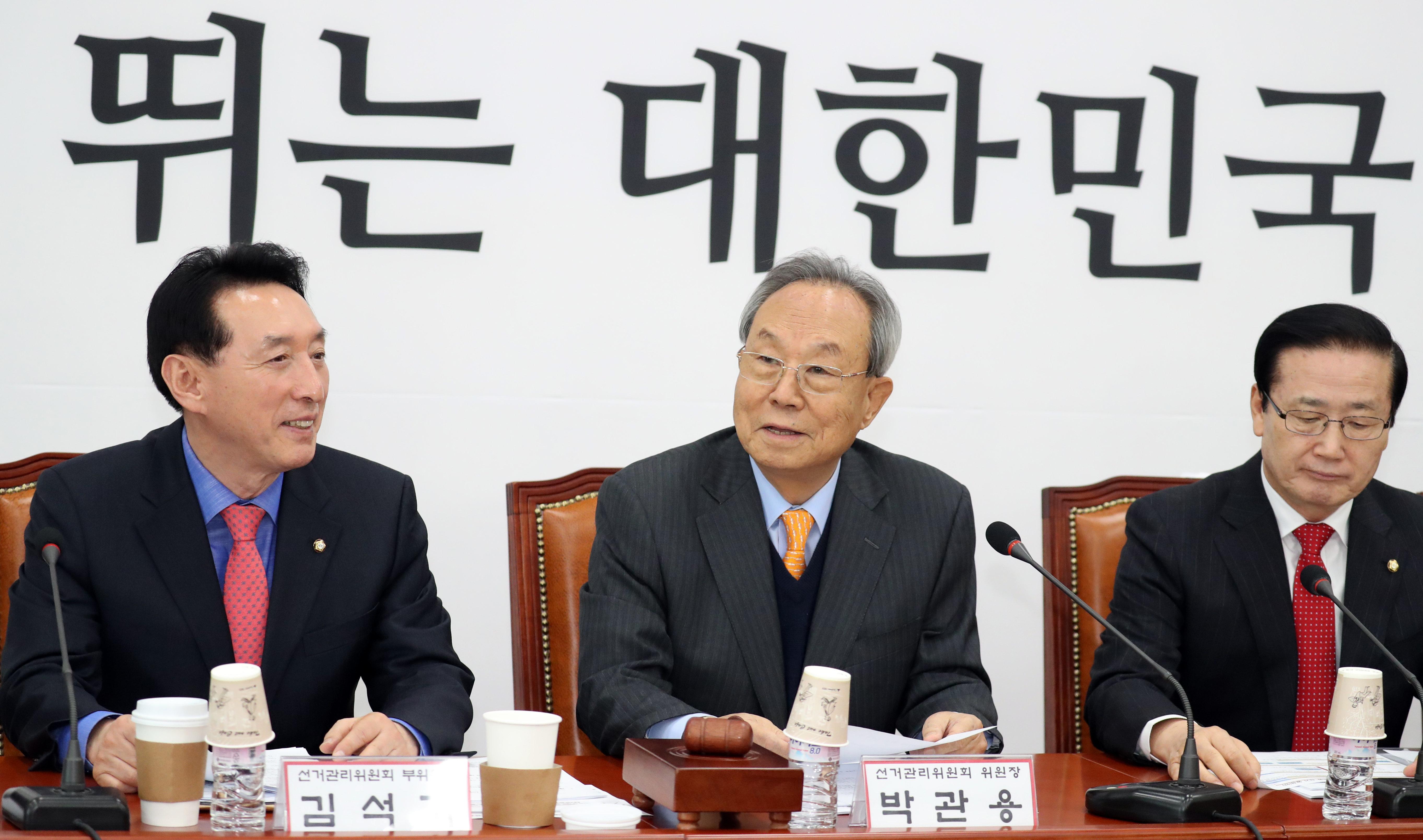 박관용 자유한국당 선거관리위원장(가운데)이 8일 서울 여의도 국회에서 열린 긴급회의에서 모두발언을 하고