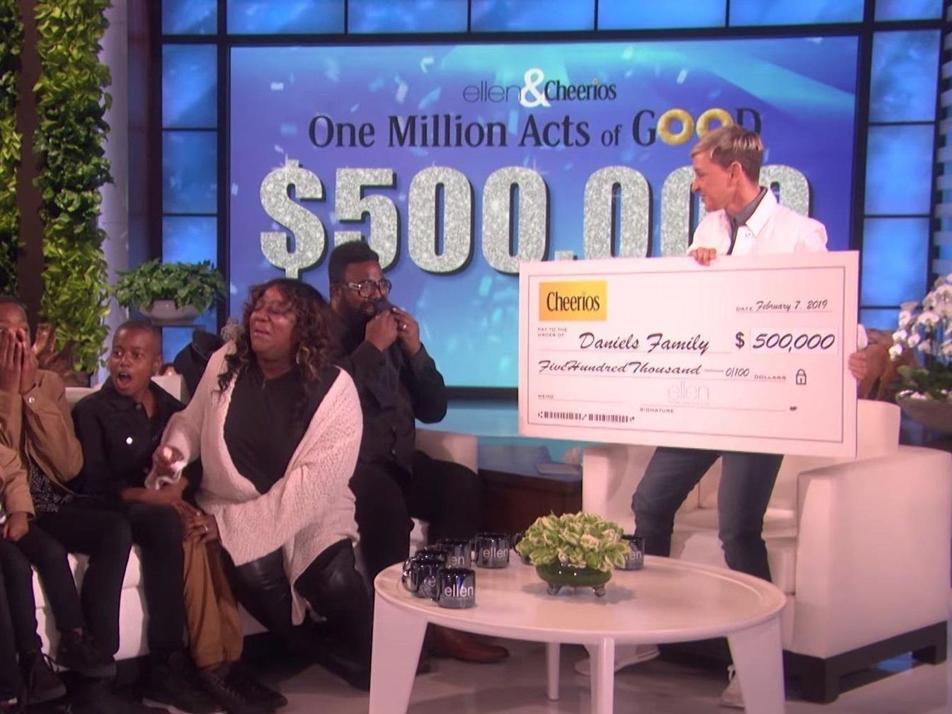Η Έλεν Ντε Τζένερις έδωσε 1 εκατ. δολάρια σε οικογένεια τηλεθεατών