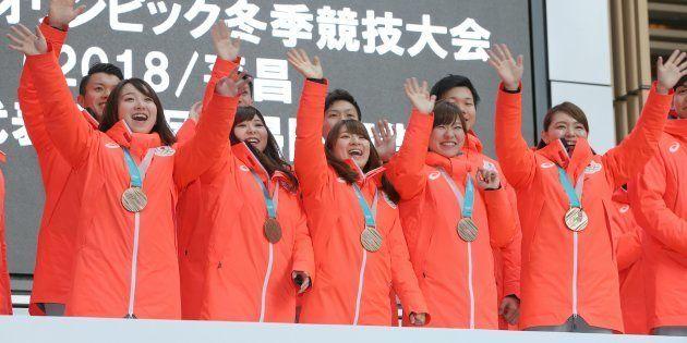 平昌五輪の帰国報告会で、笑顔を見せるカーリング女子で銅メダルを獲得したLS北見の(前列左から)藤沢五月、吉田友梨花、鈴木夕湖、吉田知那美、本橋麻里ら=東京都港区