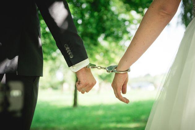 Γαμπρός παρενόχλησε σεξουαλικά ανήλικη σερβιτόρα στο γάμο του και έφυγε με