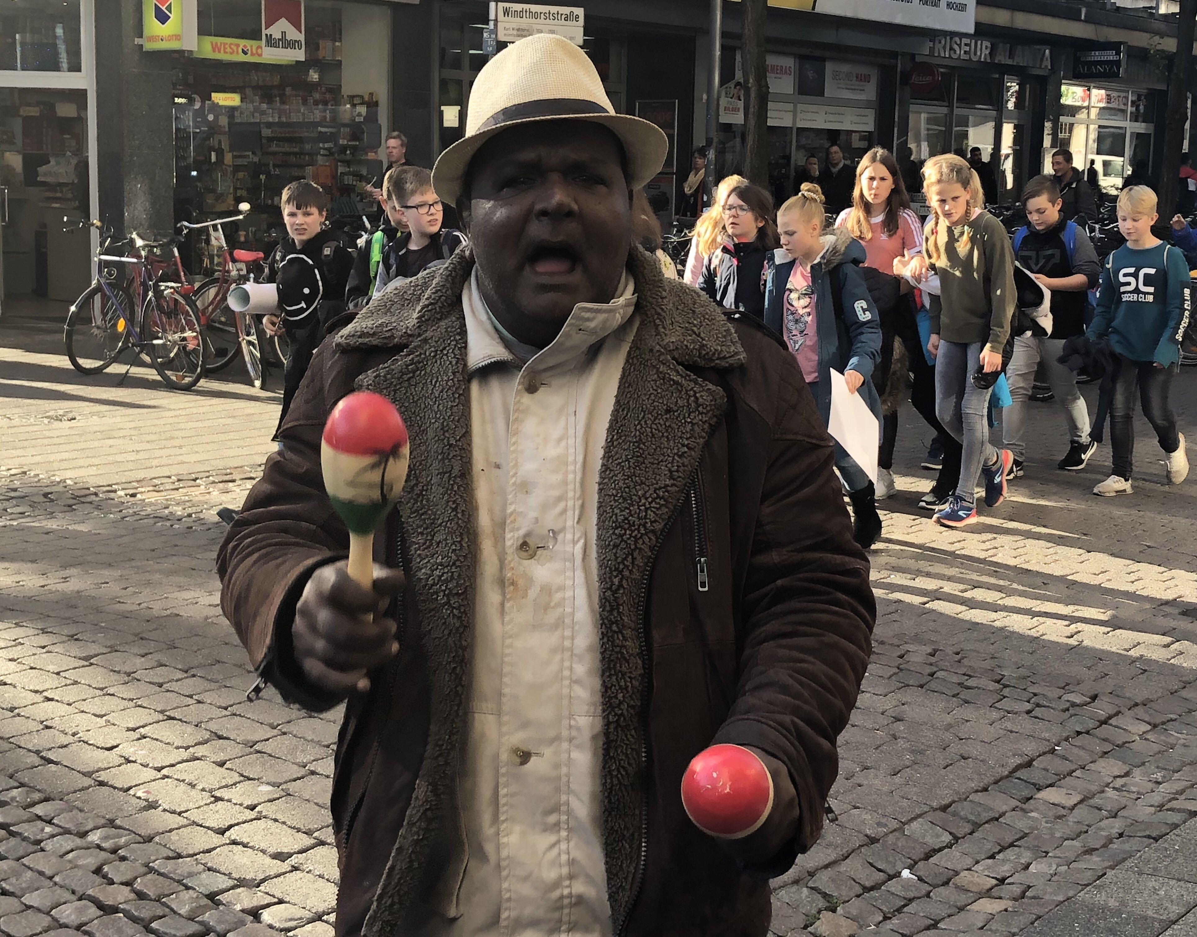 Münster feiert diesen untalentierten Straßenmusiker – das ist seine