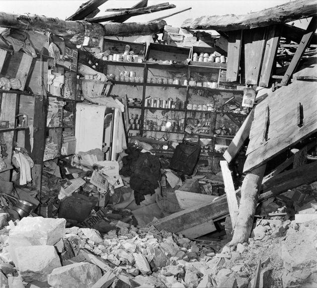 Un magasin d 'épicerie en ruine à Sakiet Sidi Youssef le 17 avril 1958, après le...