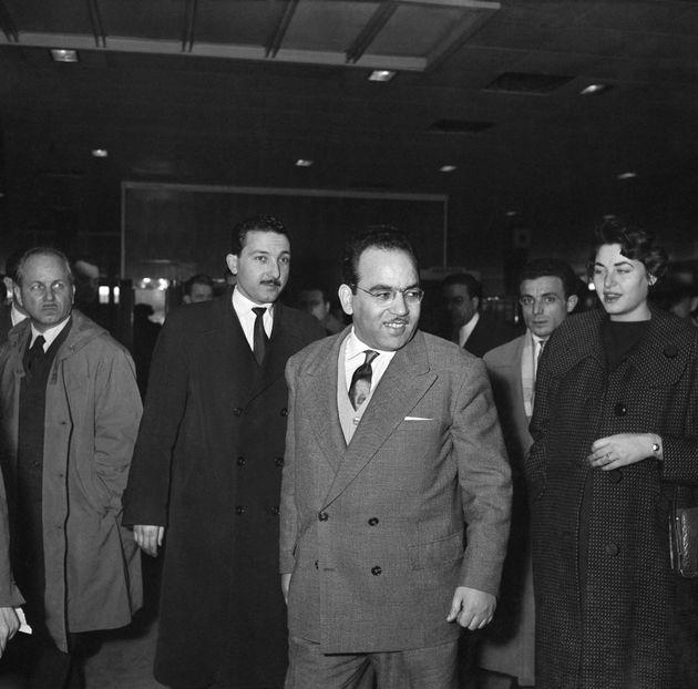 Monsieur Masmoudi, ambassadeur de Tunisie en France, photographié avec sa femme à l'aéroport...