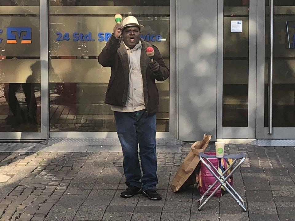 Jeden Tag von neun bis sechs Uhr zückt Rajah die Rasseln in der Innenstadt von