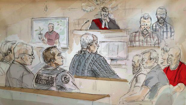Boceto artístico que muestra al asesino en serie Bruce McArthur (al centro) durante su audiencia de condena en Toronto el lunes 4 de febrero de 2019. (Alexandra Newbould/The Canadian Press vía AP)