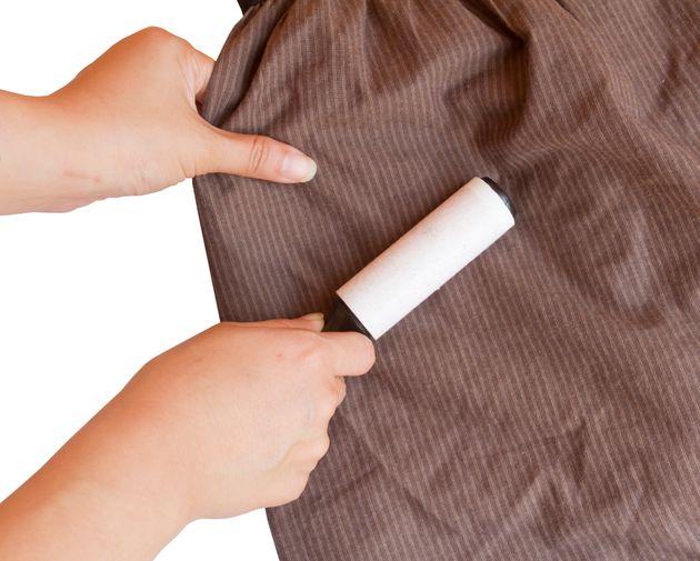 Rolinho colante usado em roupas pode ser eficiente para remover