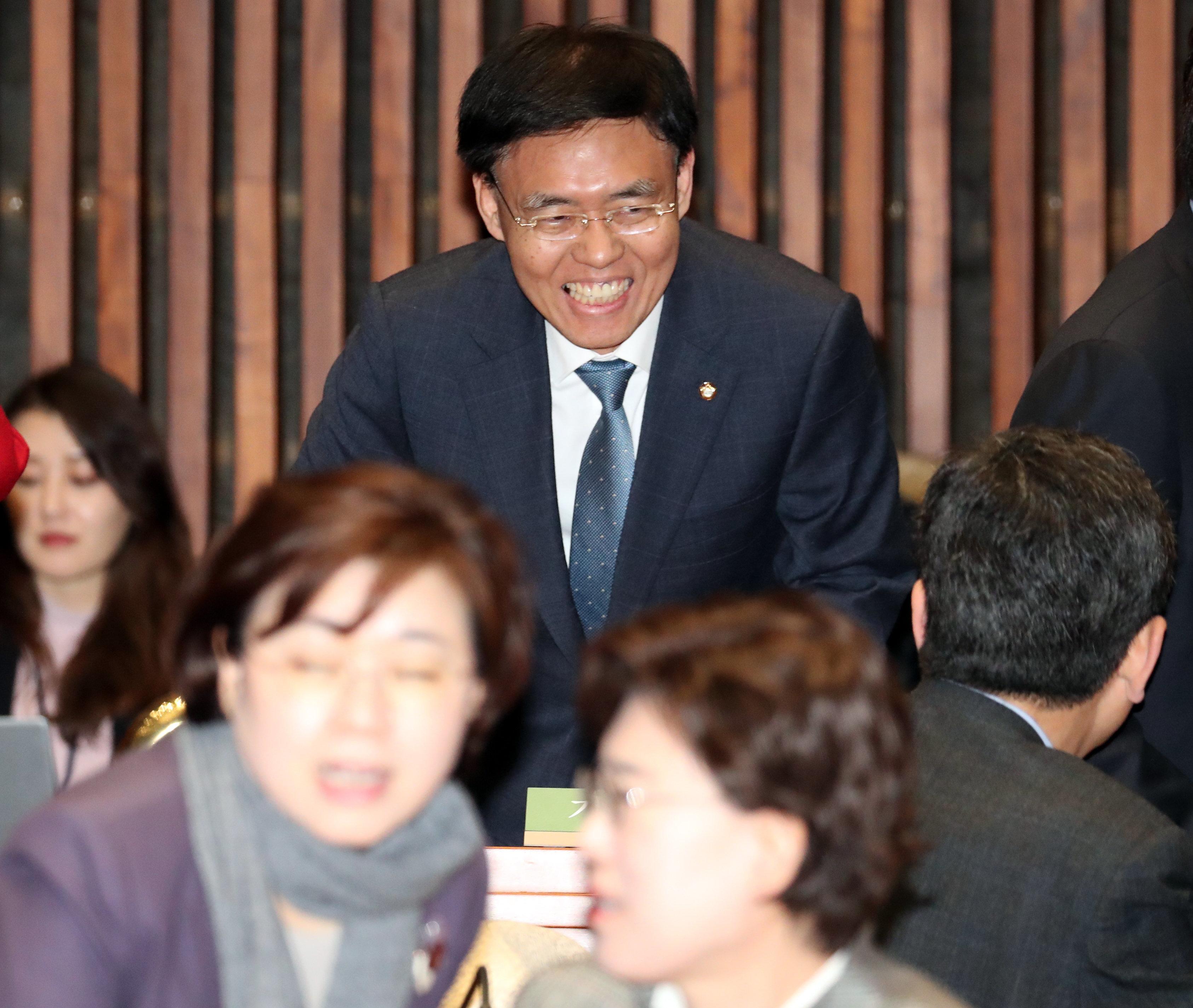 '연수 중 스트립바 방문' 논란의 자유한국당 최교일 의원이