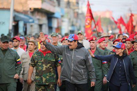 Venezuela: Maduro veut bloquer l'aide, Guaido n'exclut pas une intervention