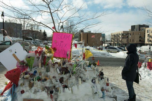 Des fleurs et messages devant la Grande mosquée de Québec, le 31 janvier 2017, après...