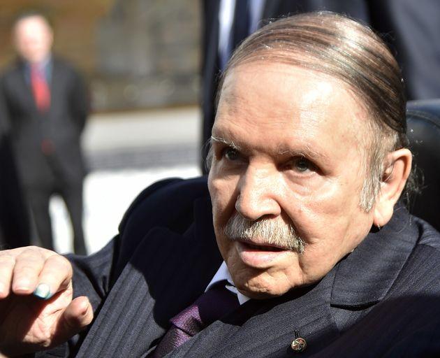Le président Abdelaziz Boutelfika lors de son déplacement au bureau de vote à Alger...