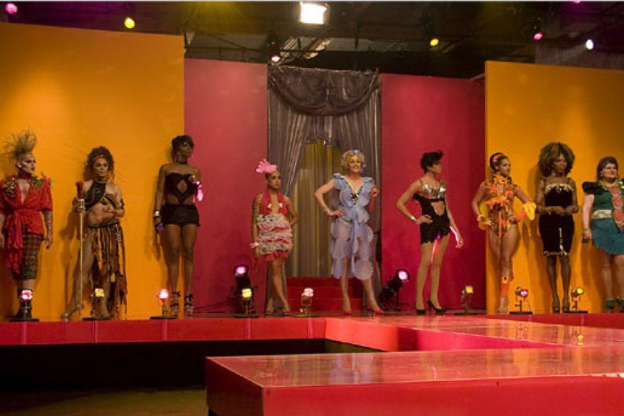 A primeira temporada de RuPaul's Drag Racefoi ao ar em fevereiro de 2009 na Logo